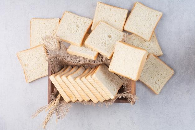 Fette di pane tostato nel cesto di legno