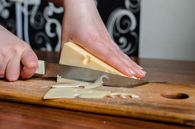 나무 보드에 치즈 슬라이스.