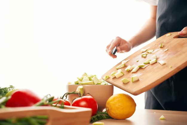 부엌에서 샐러드를 준비하는 신선한 야채 슬라이스 신선한 음식