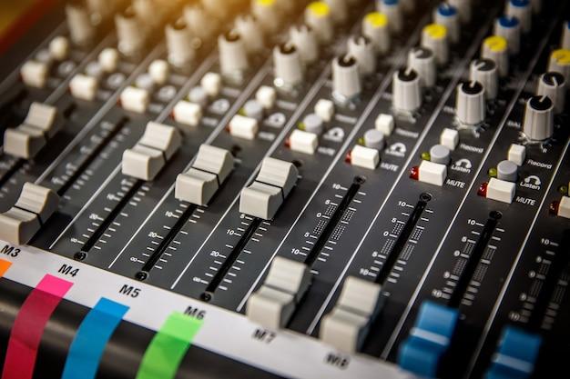 Слайдеры на музыкальной панели управления.
