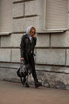 슬림 운동 소녀는 운동을 위해 체육관에 간다