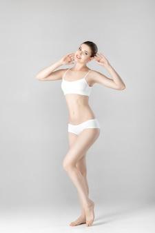 회색에 흰색 란제리에 완벽한 몸매를 가진 슬림 아름다운 여인