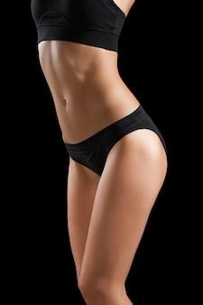 Стройное тело женщины, изолированные на черном.