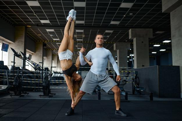 운동을 하는 날씬한 커플, 체육관에서 훈련