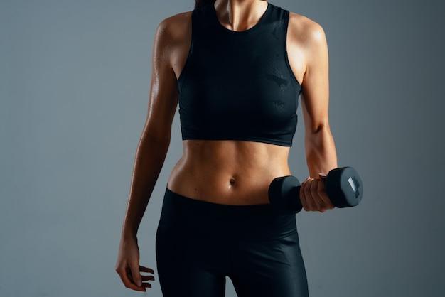 スリムな体型女性スポーツジムワークアウトライフスタイル