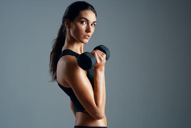 スリムな体型女性スポーツジムトレーニングライフスタイル