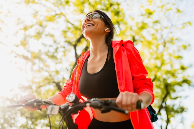 Slim fit bella donna facendo sport mattina a cavallo del parco