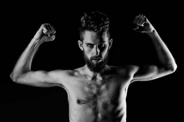 Стройный мужчина. хипстерский парень сидит на диете с серьезным лицом и голым стройным или тонким телом, грудью и торсом с анорексией, изолированными на черном фоне.