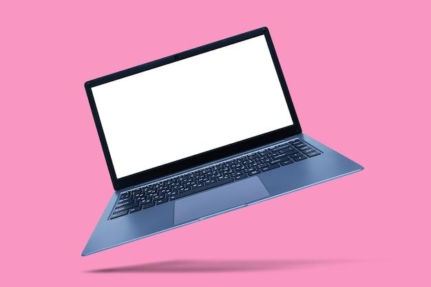 Тонкий современный ноутбук с макетом белого экрана на розовом с тенью.