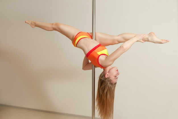 ストレッチスリムなセクシーなストリップダンス女性