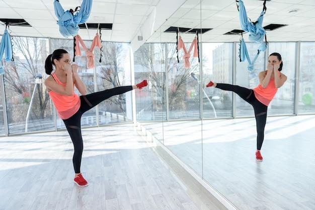 Стройная женщина делает растяжку тренировки пресса в тренажерном зале. здоровый образ жизни