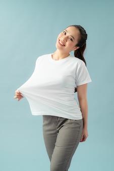 색상 배경에 대형 티셔츠에 슬림 여자. 체중 감량