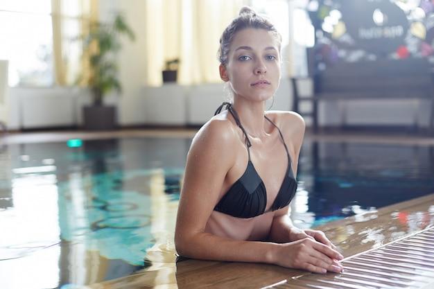 Стройная молодая женщина в бассейне