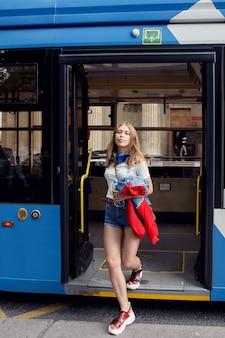 Стройная молодая женщина в троллейбусе.