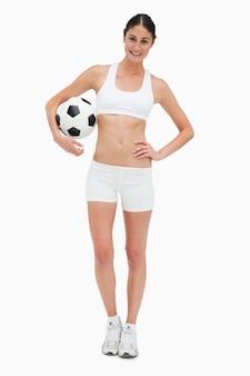 축구 공을 들고 흰 옷에 슬림 젊은 여성
