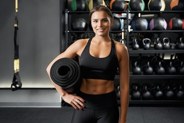 Стройная молодая женщина готовится к тренировке