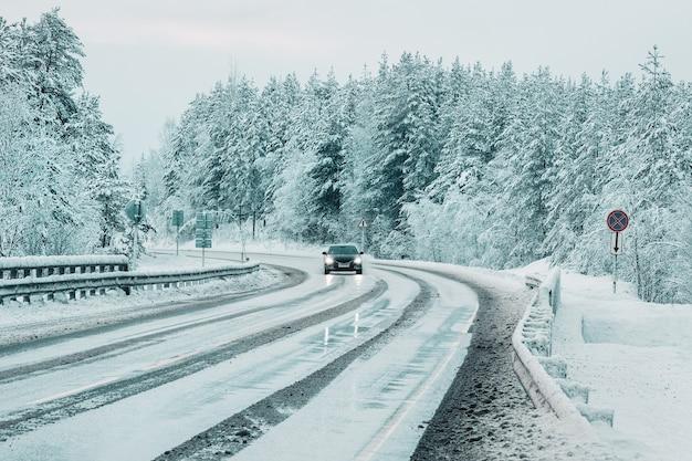 Скользкая снежная северная зимняя дорога, поворот на дорогу. кольский полуостров. россия.