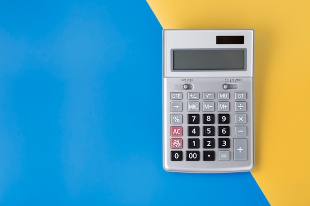 Калькулятор щепки на синем и желтом фоне