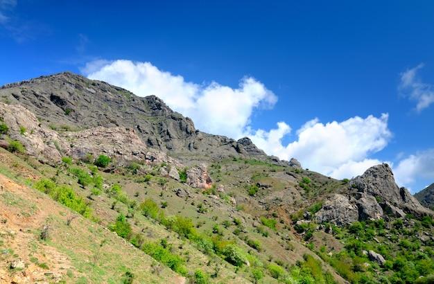 クリミア山脈の珍しい形の岩の崖の斜面