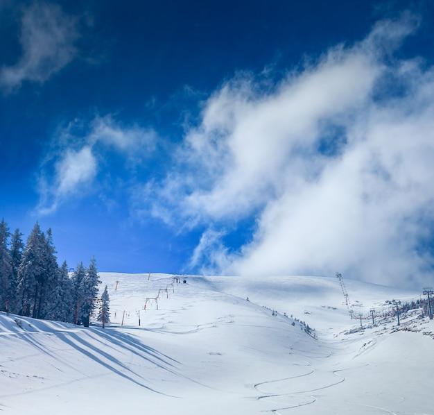 Carpathians의 스키 리조트에서 슬로프. 우크라이나