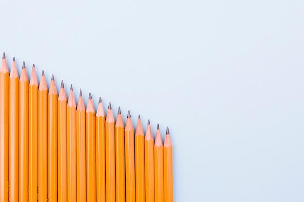 Наклонная линия графитовых карандашей