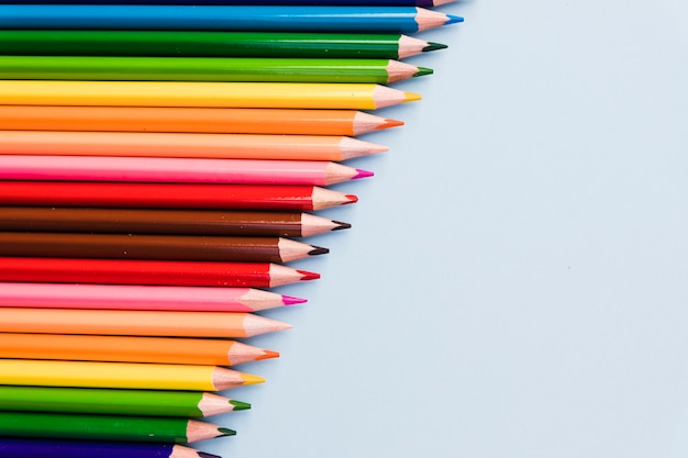Наклонный ряд цветных карандашей