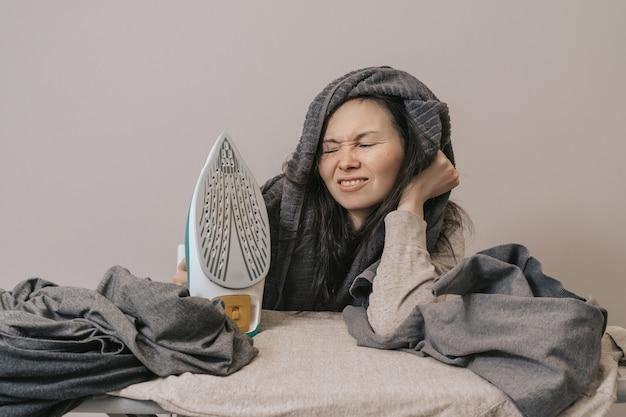 Неряшливая девушка с большим количеством одежды гладить
