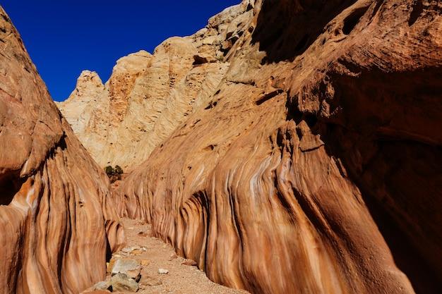 미국 유타주 그랜드 스테어케이스 에스칼란테 국립공원에 있는 슬롯 캐년. 유타 사막의 특이한 다채로운 사암 구조물은 등산객들에게 인기 있는 목적지입니다.