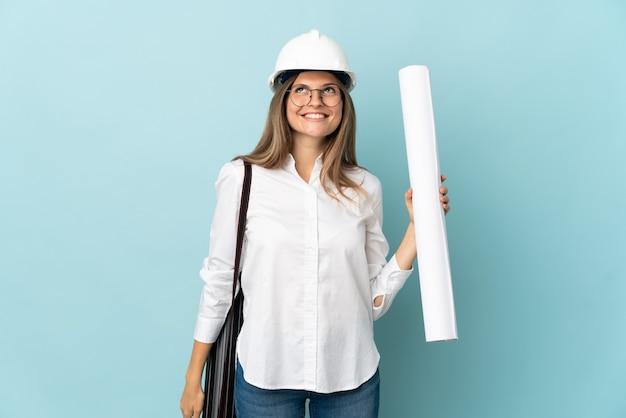 찾는 동안 파란색 벽 생각에 고립 된 청사진을 들고 슬로바키아어 건축가 소녀