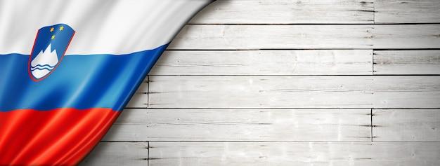 Флаг словении на старой белой стене.