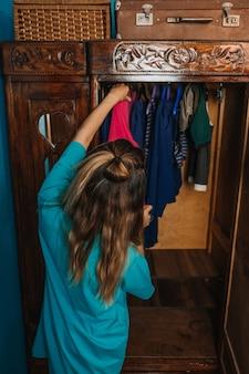 Медленная экологическая устойчивая мода организует ваш гардероб минимальный гардероб женщина выбирает одежду из