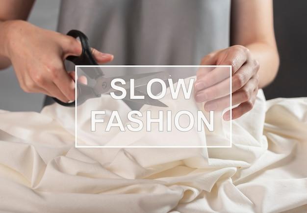 Медленная мода концепция шитья dresmaker изготовления одежды Premium Фотографии