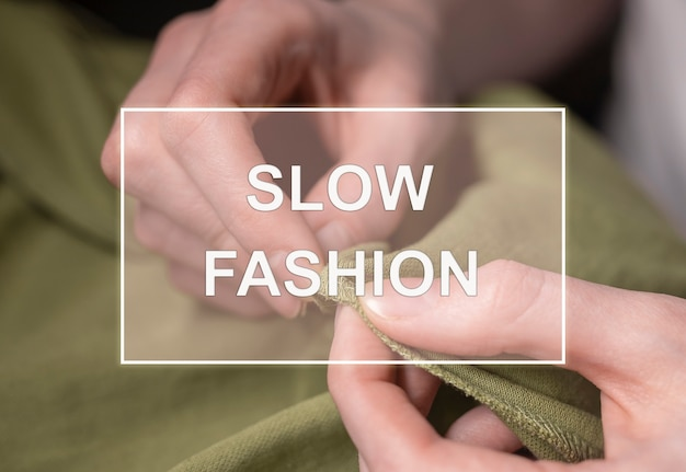 Медленный текст моды над фото рук портного с иглой и нитью с тканью.
