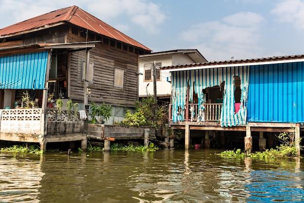 アジアの汚れた運河のスラム街