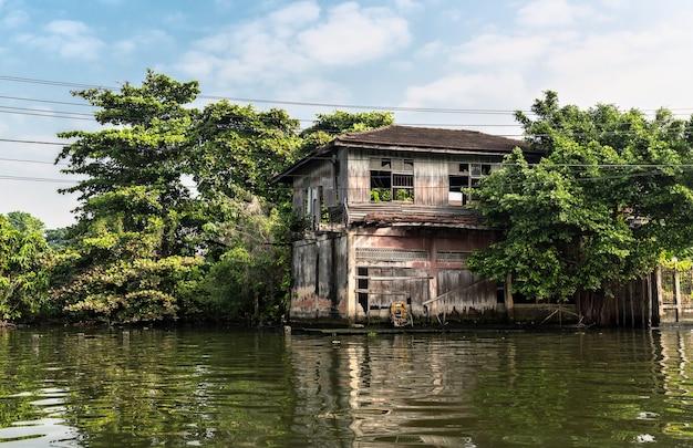 タイの汚れた運河のスラム街