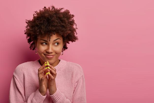 교활한 미소 짓는 여자는 교묘 한 계획을 가지고 있으며 즐거운 놀라움을 준비하려고합니다.