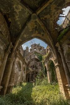 작은 버려진 된 지중해 교회