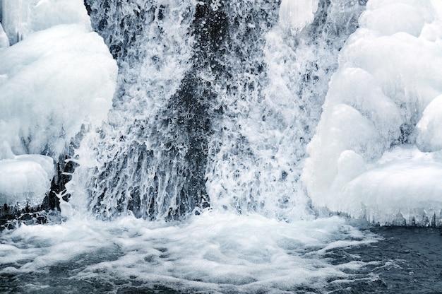 Небольшой активный зимний водопад в горах