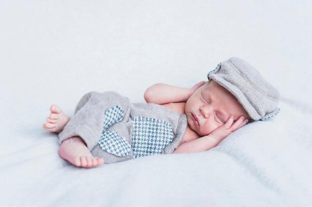 毛布の上に小さな愛らしい子
