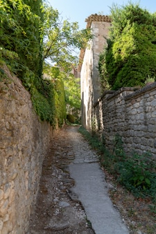中世の村の小さな路地