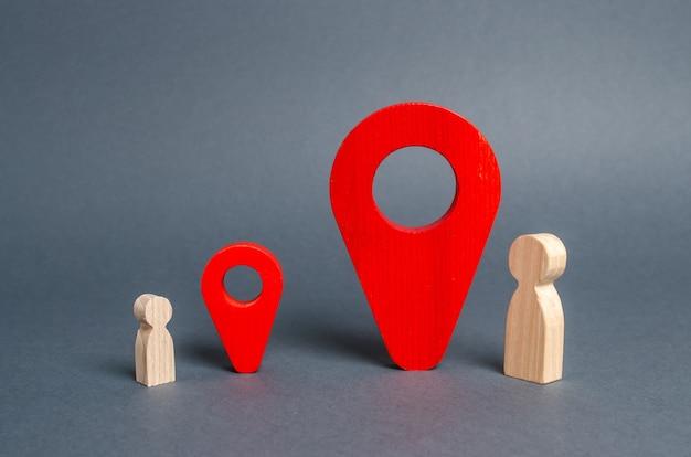 빨간색 위치 포인터 부모와 자식의 만남의 장소 근처의 크고 작은 남자