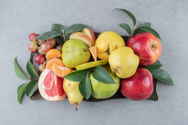 Un piccolo assortimento di vari frutti su marmo