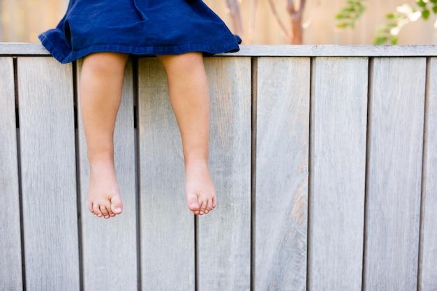 緑の芝生に小さな赤ちゃんの足。
