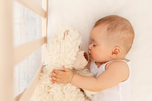 작은 아기 소녀 6 개월 흰색 침대에서 자고, 건강한 아기 수면