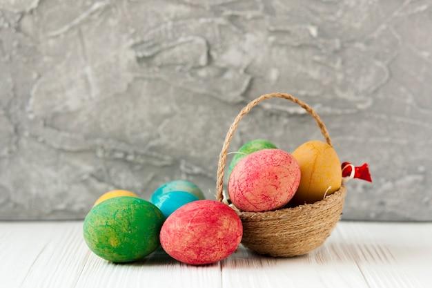 Маленькая корзина и пасхальные яйца