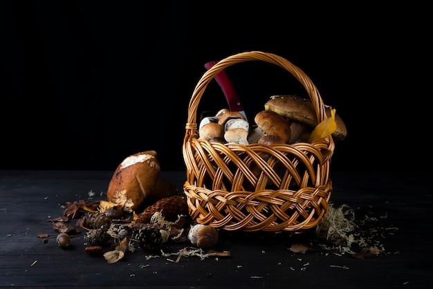 Маленькая корзина с осенними грибами