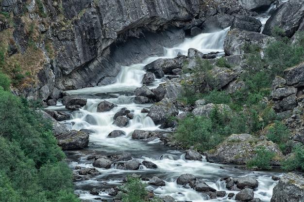 노르웨이의 산속에 작은 아름 다운 폭포.