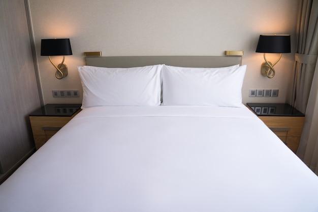 호텔 객실의 작은 침구 공간.