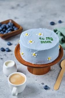 Маленький торт бенто для любимой мамы. торты в корейском стиле в коробке на одного человека. милый десертный подарок любимому человеку. Premium Фотографии