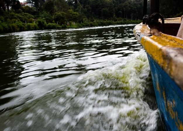 Маленькая лодка, движущаяся по воде
